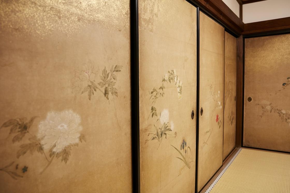 客殿にある、江戸時代後期に活躍した画家、原 在中(はら ざいちゅう)による襖絵