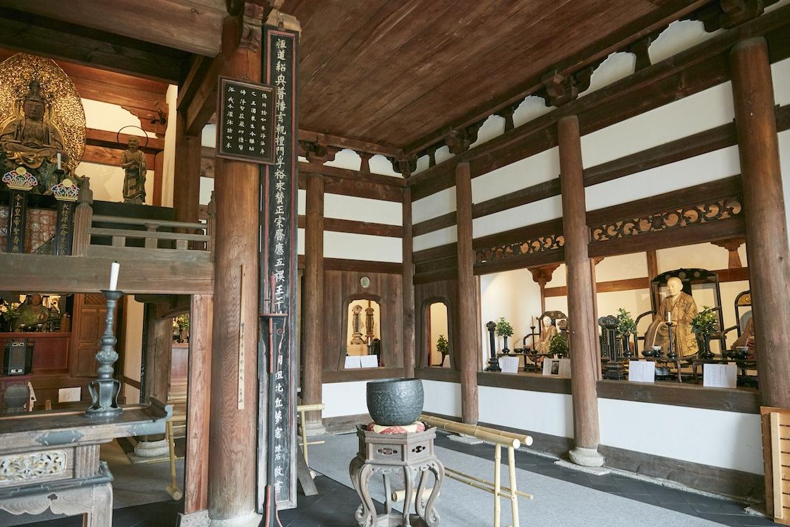 仏殿の右側に、尼僧像が4体並んでいます