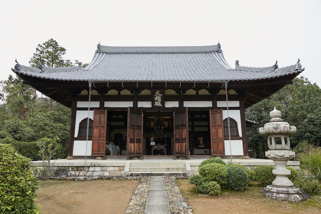 尼僧像が安置されている仏殿。通常中には入れず、外から拝観します