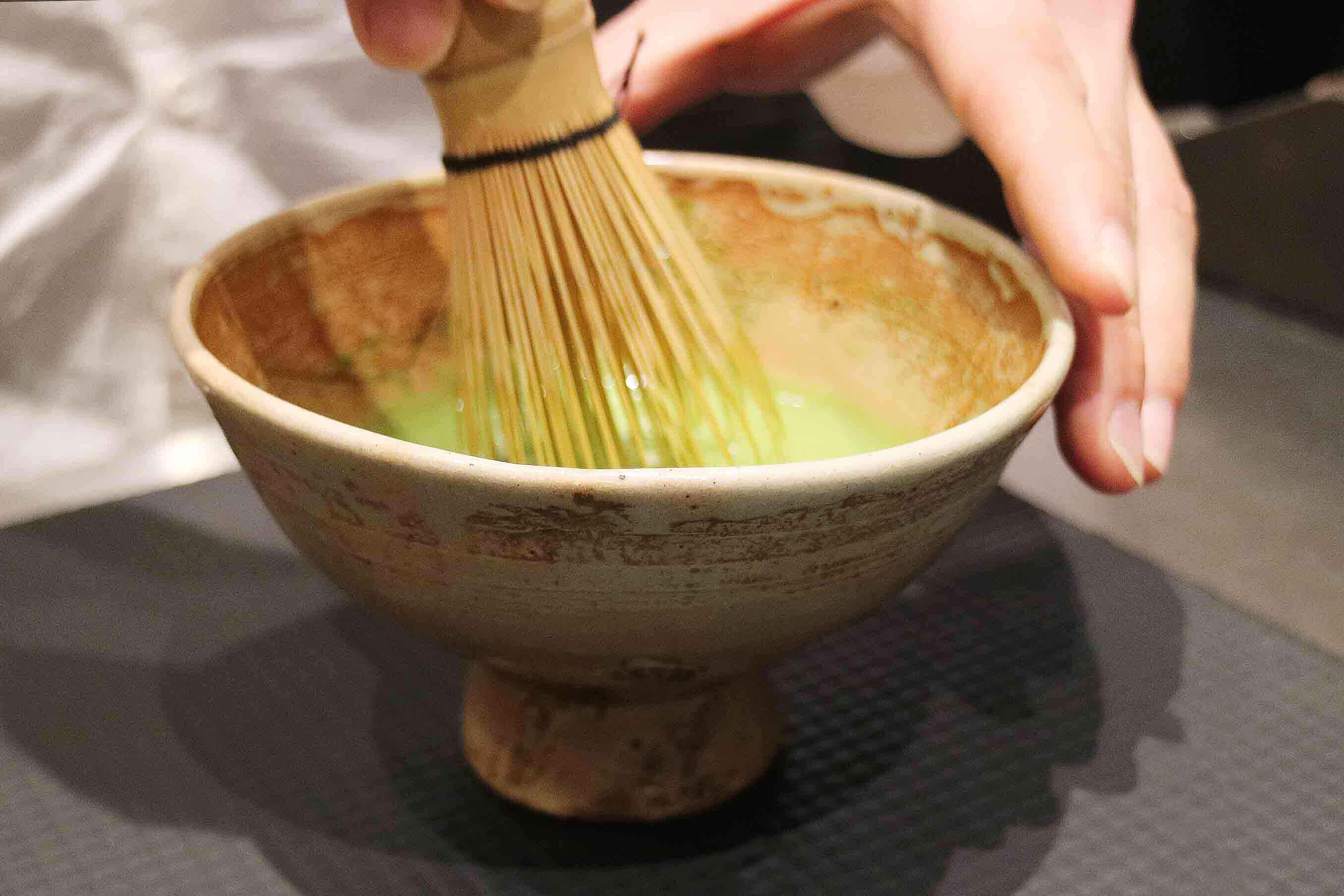 憧れの茶碗の手触りだけでなく、口あたりも鑑賞できる贅沢