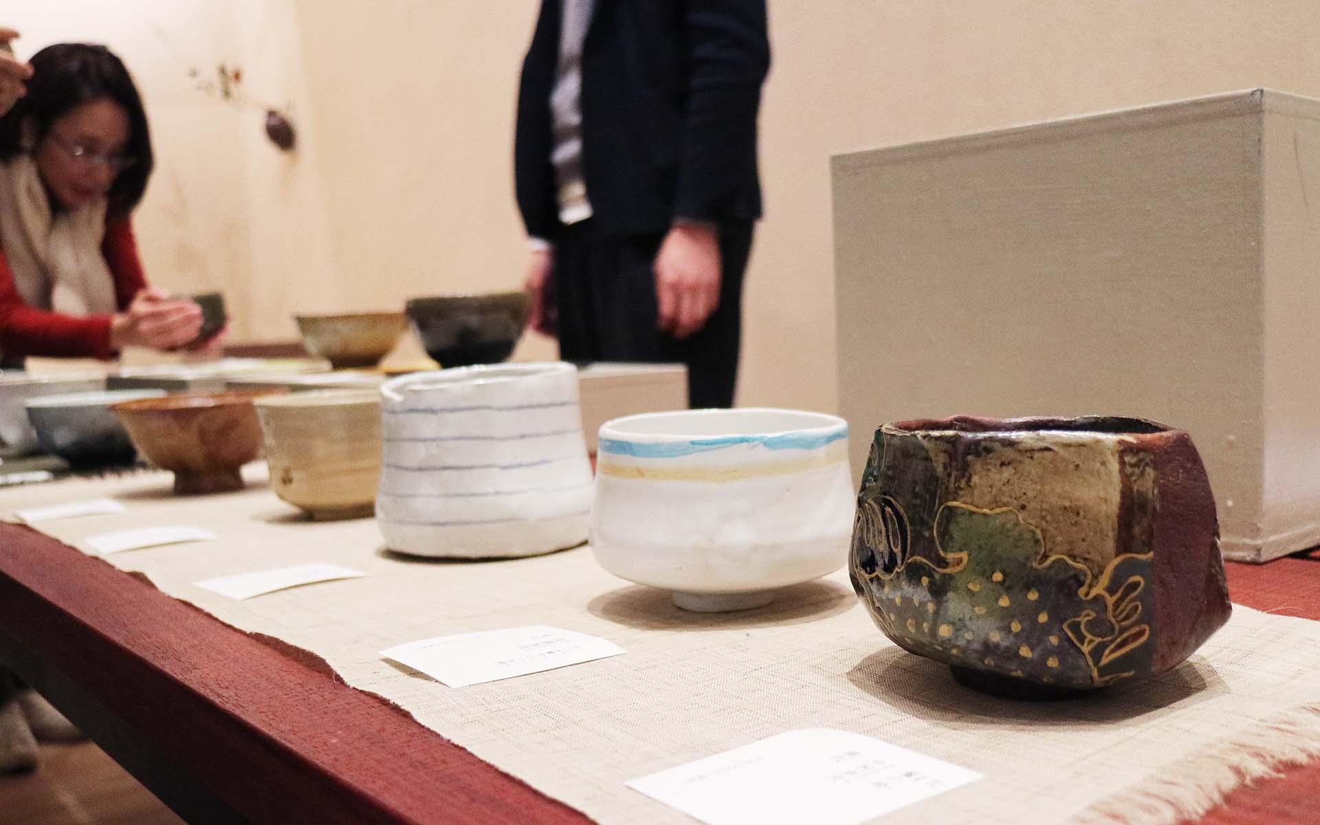 ずらりと並ぶ茶碗