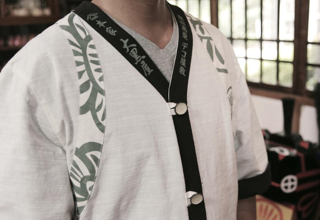 完成した作業着は、福島伝統の会津木綿を使用し、用途に合わせて作業用と外着用のリバーシブルに。留め具に洗える張子ボタンを開発したことが、のちのちジュエリーブランドの種となった