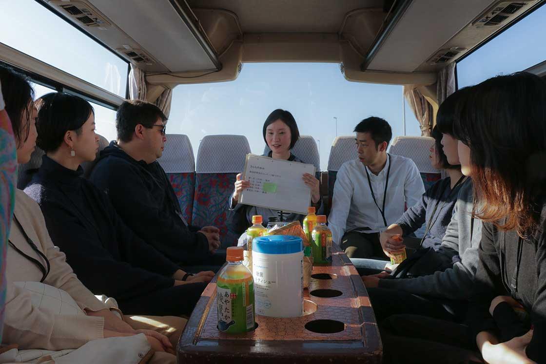 移動は貸切バス!さんちの取り組みをクイズ形式で紹介したりしながら、一路九十九里へ
