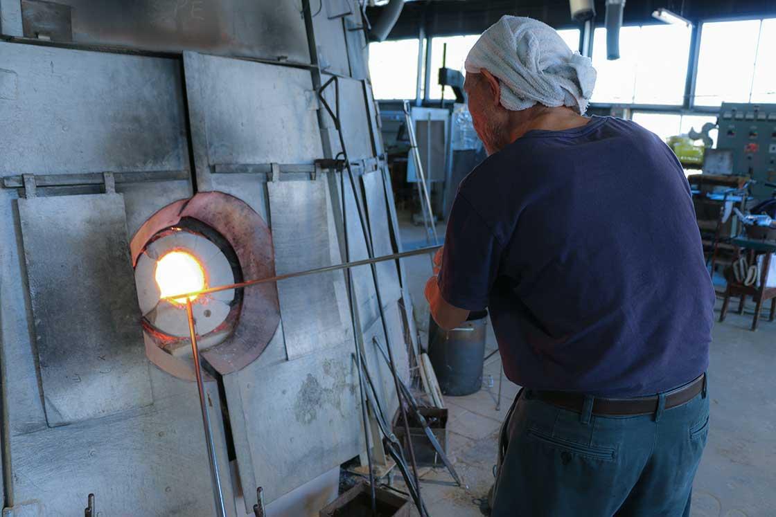 高温の炉から液状のガラスを竿に巻き取って、製品作りがスタートします