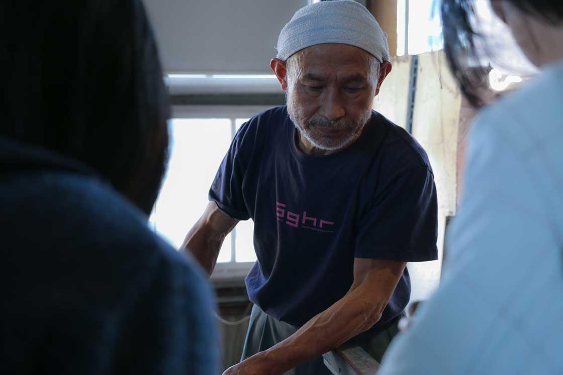 説明をしながら工程を見せてくれたのはこの道53年の塚本さん。長年の経験から、常に新しいものづくりに取り組まれています