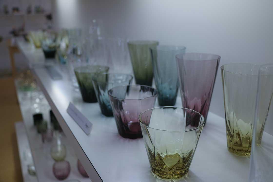 美しいガラスの器が所狭しと並びます