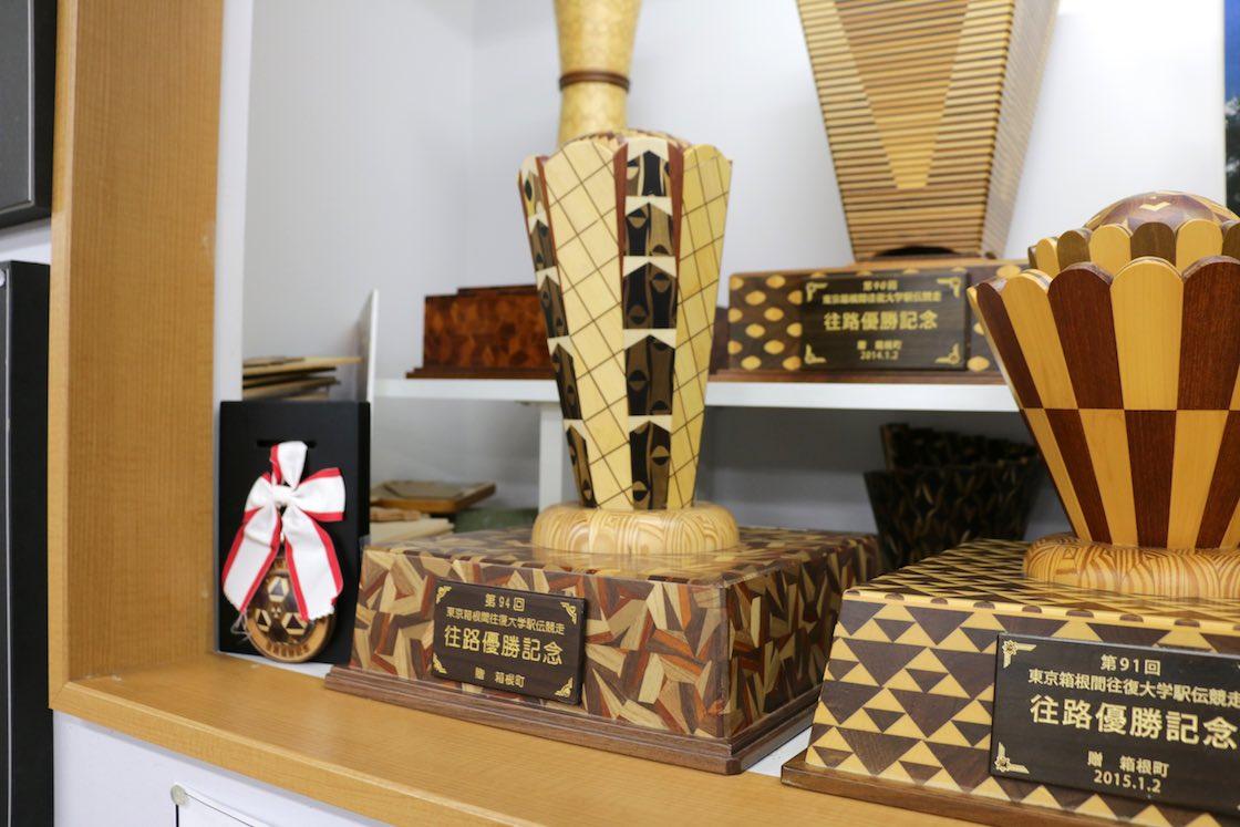 金指ウッドクラフトの箱根寄木細工トロフィー