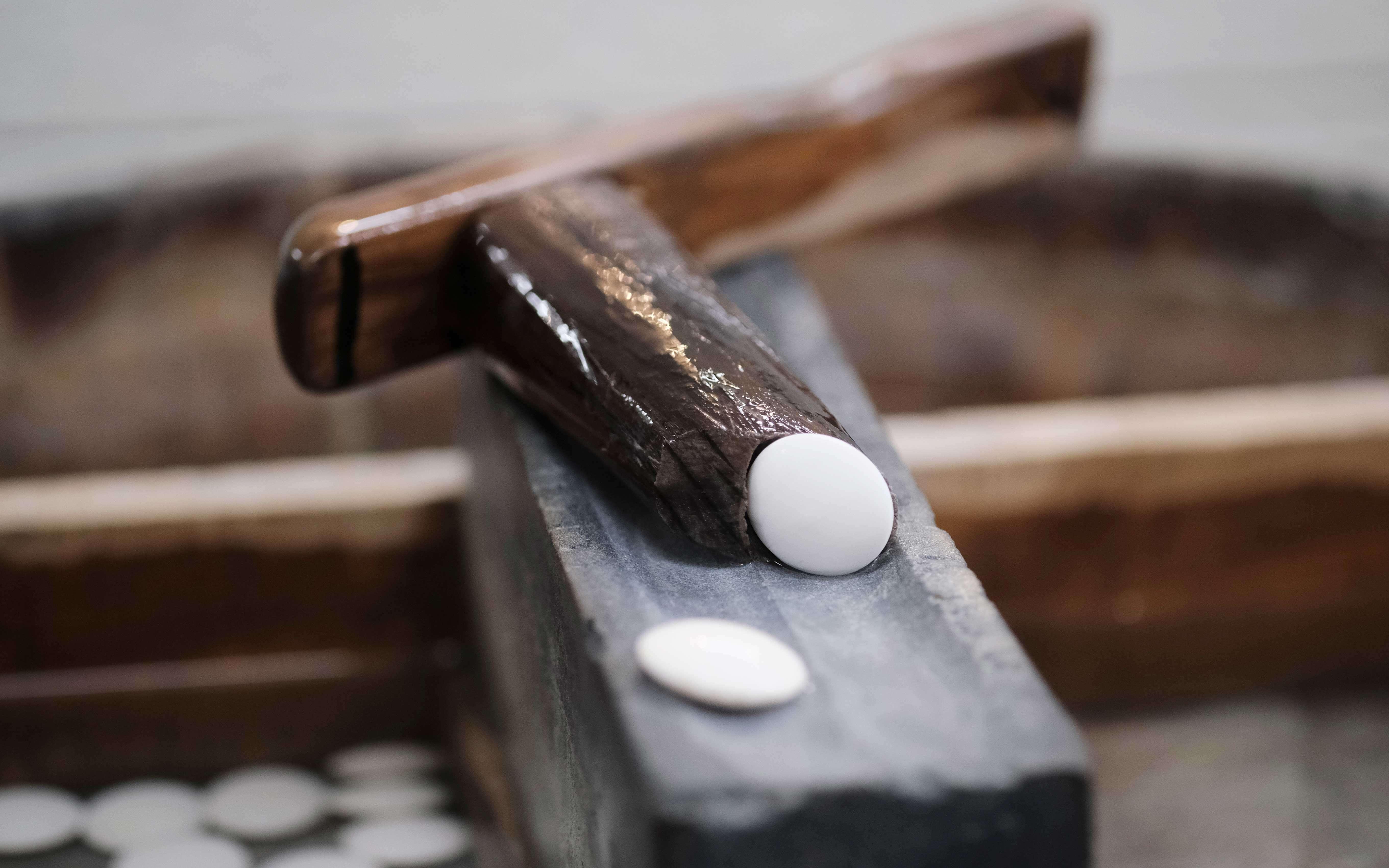 ハマグリ碁石を削る手刷りの道具