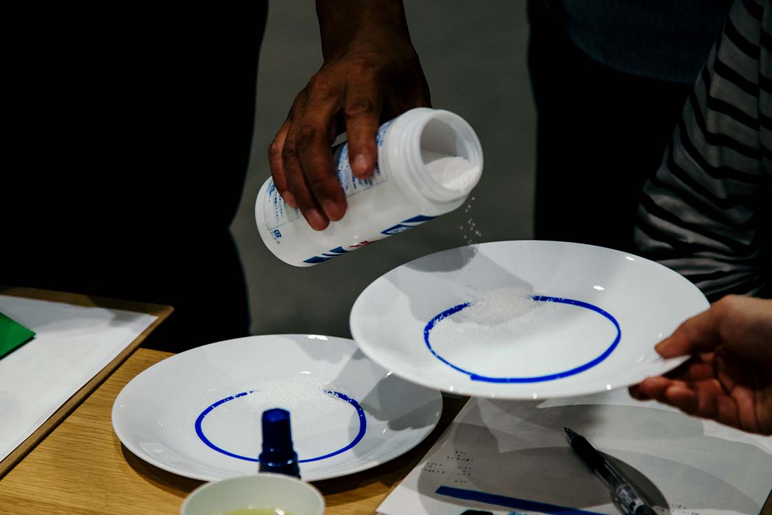 パウダー状の酸素系漂白剤をお皿に入れる