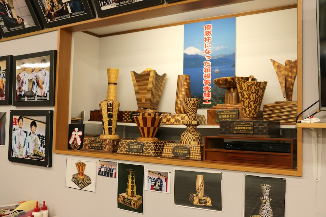 さらにお店の奥には、ここ数年のトロフィーを飾った棚があります