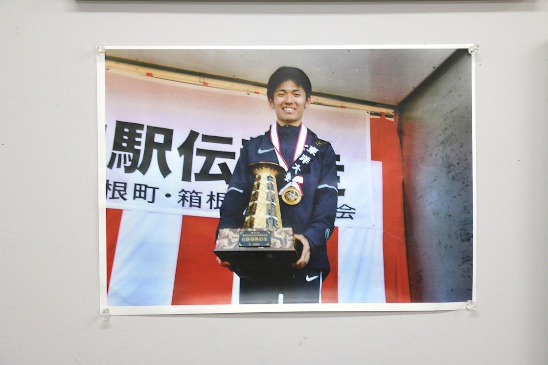第94回大会の往路優勝校、東洋大学の田中龍誠選手が手にする将棋型トロフィー。レプリカとは逆さになっています。その理由はのちほど‥‥
