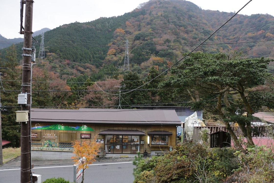 箱根湯本の駅からバスで20分ほど、寄木細工発祥の地・畑宿に金指さんの工房とお店があります