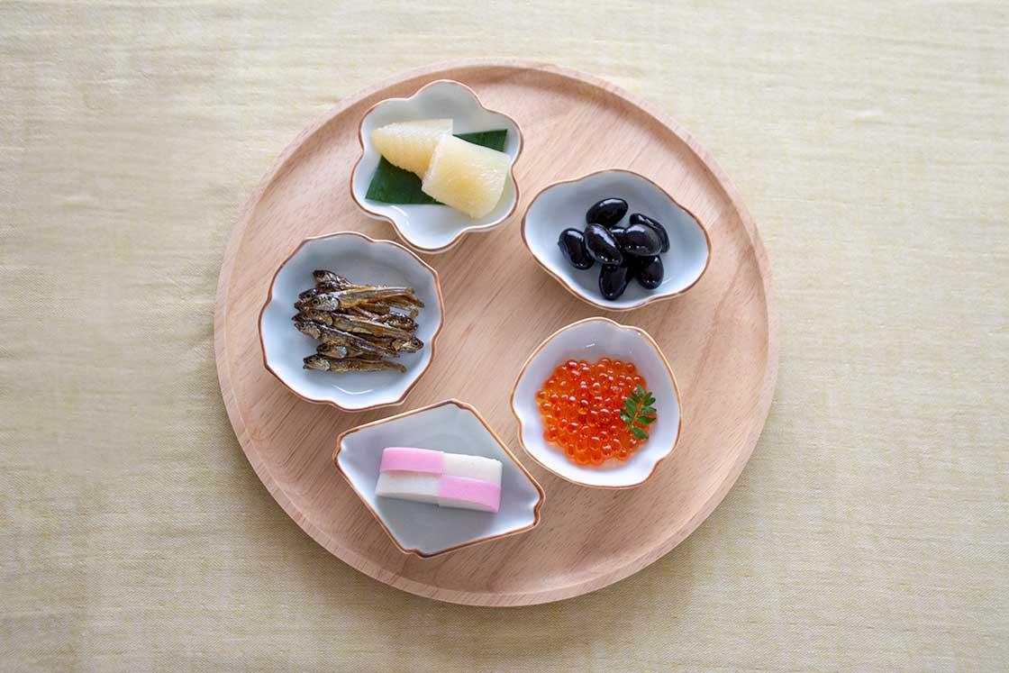 丸いプレートに5つの豆皿がちょうどよく収まる