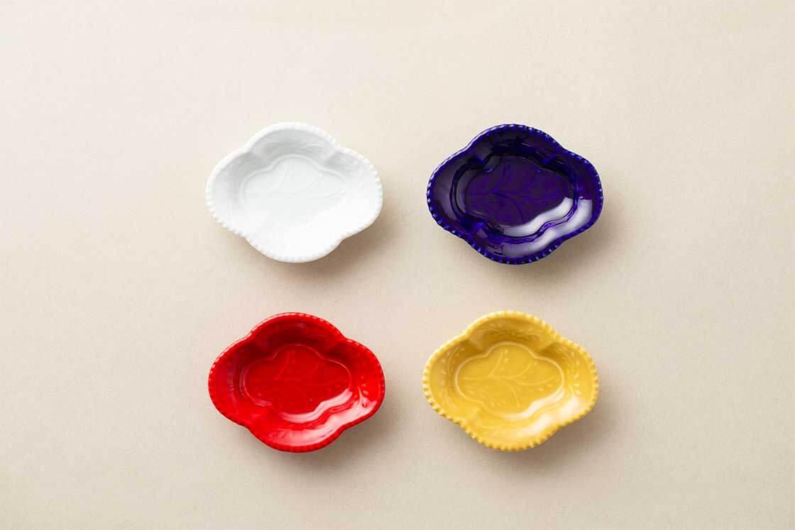 有田焼 木瓜(もっこう)型の豆皿。曲線が美しいデザインと、鮮やかな色使いが目を引きます