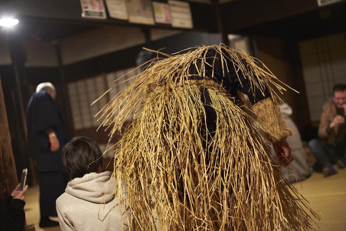 ケデと呼ばれる衣装。その年に収穫した稲ワラで編んであります