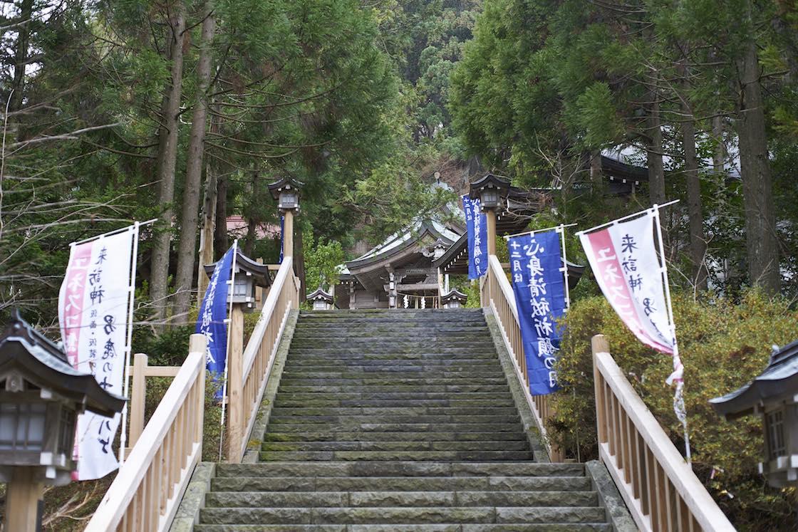 石段をずうっと登って行った先に拝殿があります
