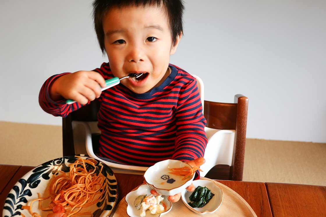 豆皿を手に持って食べる