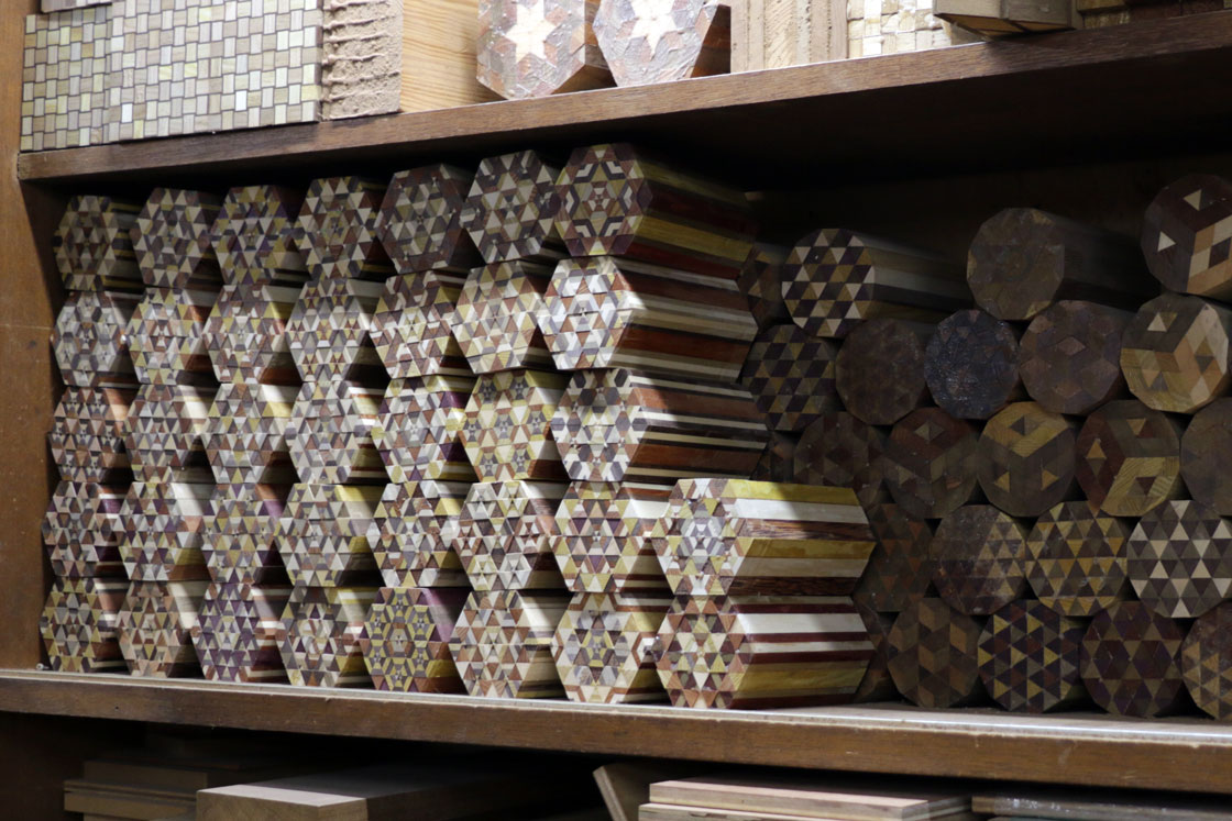 元は、こうした様々な模様の寄木ブロックを金太郎飴のように薄くスライスして装飾していました