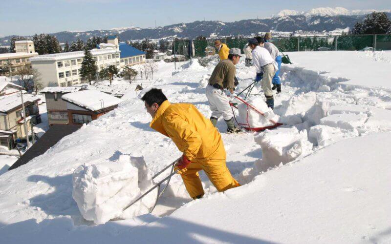 新潟・十日町にある山田屋商店の雪かき道具・クマ武スノーダンプ