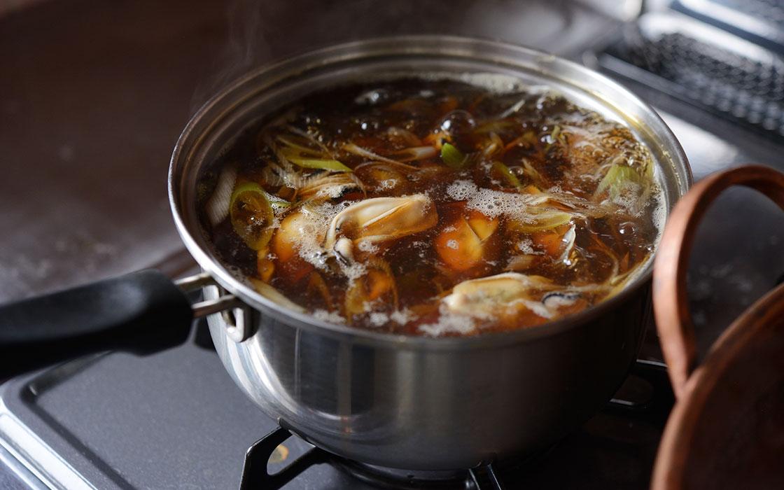 出汁で牡蠣を煮込む様子