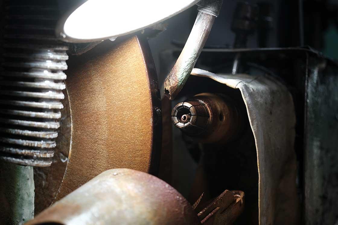 碁石を削る専用の機械