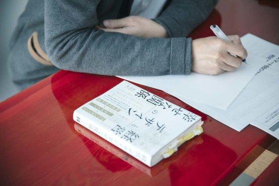 中川政七氏の手元にある書籍「経営とデザインの幸せな関係」