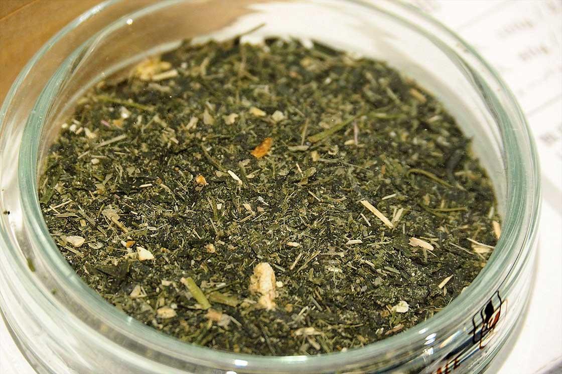 茶葉の形やサイズは、産地や加工方法によって様々