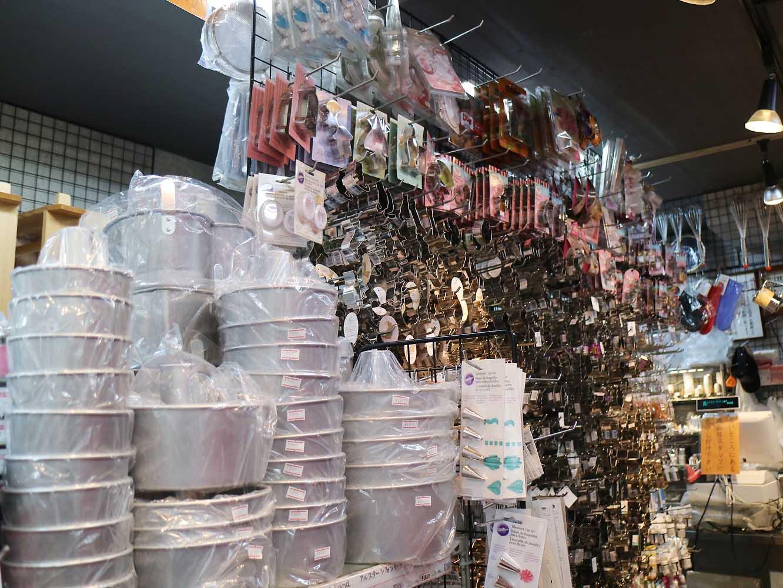かっぱ橋道具街のお店にはたくさんの道具が所狭しと並んでいます。プロだけでなく一般客や外国人観光客にも人気です