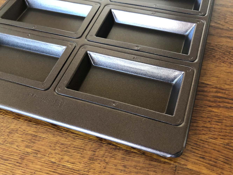 遠赤加工した熱伝導率の高い鉄に、糖分に強い特殊なテフロンを塗った金型「あかがね」シリーズ