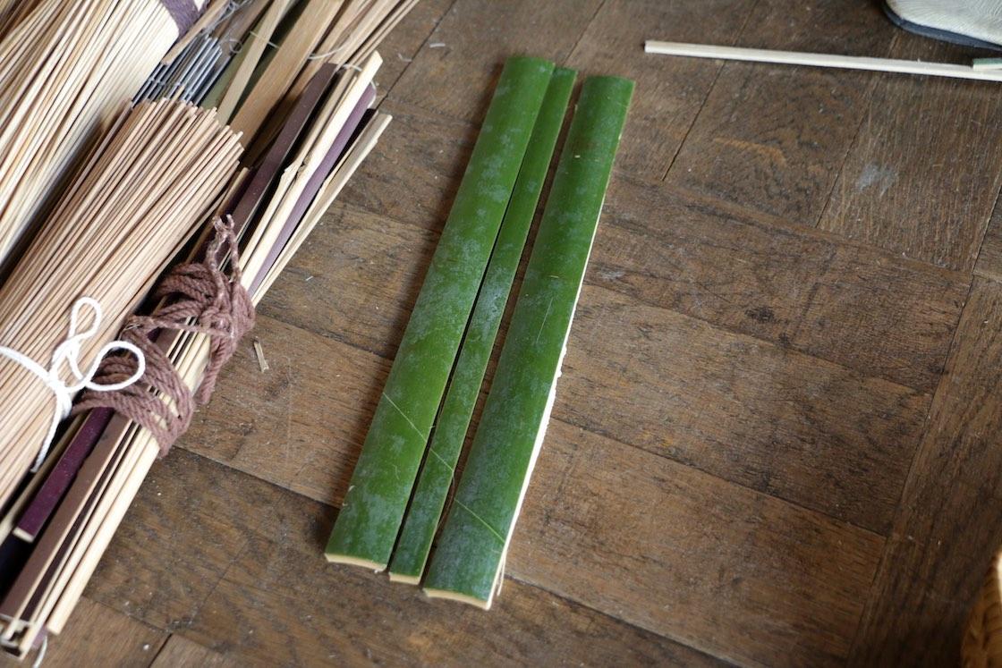 竹筒を割って割って、まず細い竹ひごにしていく