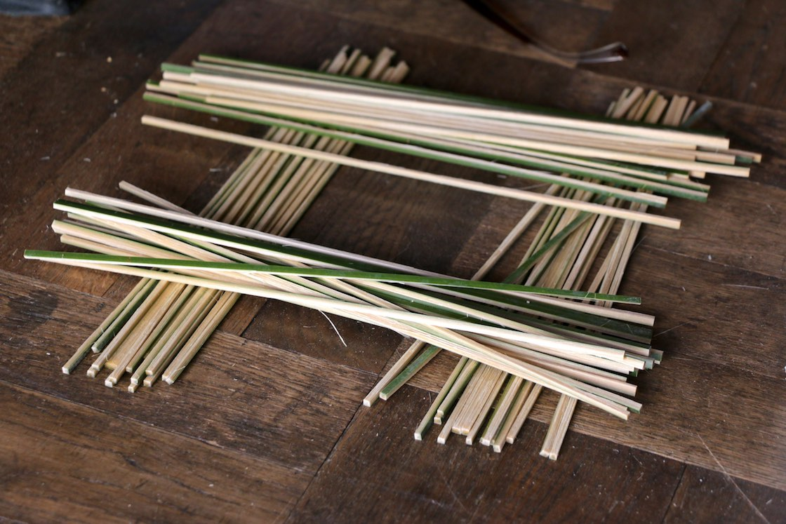 組む前の竹ひご。どうやって元々の並び順がわかるのだろう、という疑問は、あとで氷解することになる
