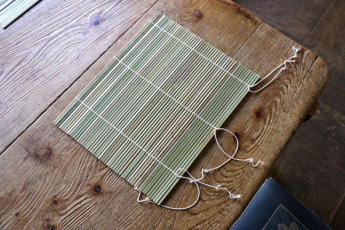 もうすぐ完成!ここからさらに頑丈にするため、左右の編み込みを手で二重にしていく。端をカットしたら完成だ