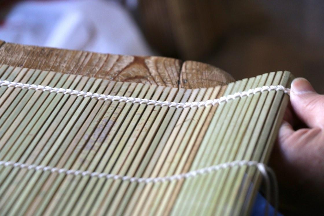 完成品の巻き簀。シミの跡が、もともとひとつながりの竹筒だったことを物語る