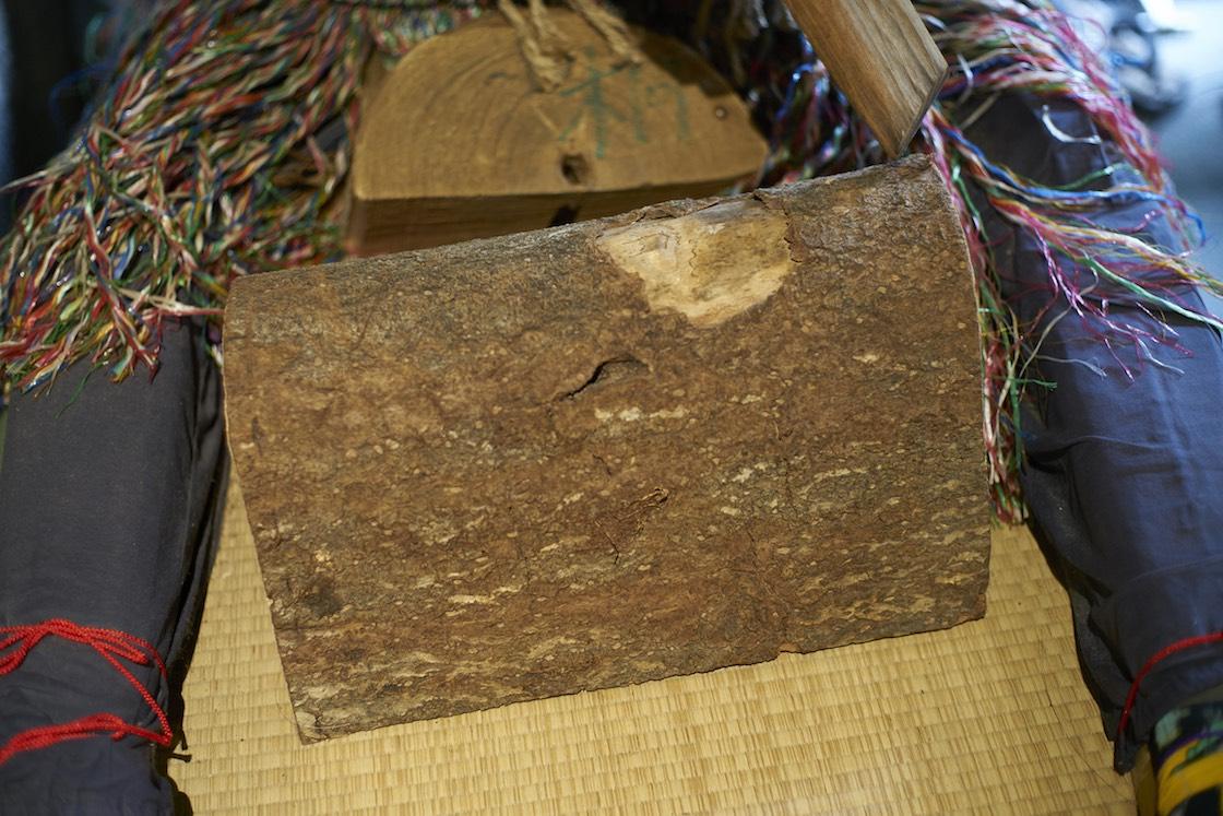 素材は秋田の桐。加工しやすく、乾燥させると軽くなるので装着用にも適しているそう