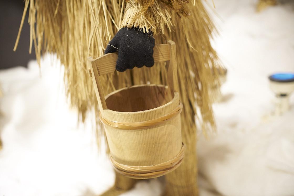 ナマハゲの語源は、火に当たってばかりの怠け者のナモミ (=火だこ) を剥ぐ「ナモミ剝ぎ」が有力。剥いだナモミを入れる桶は、今では作れる人が減っているそう