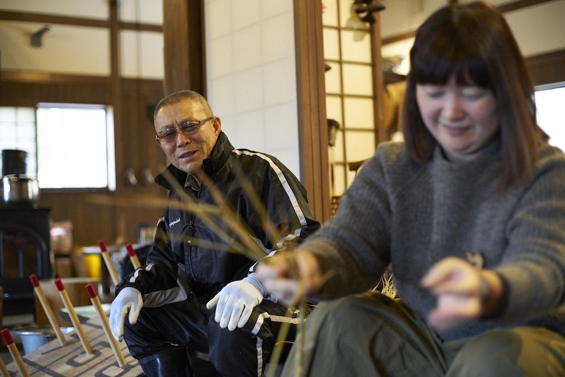 「三つ編みの要領なので、結構女性は得意だと思いますよ」とテキパキ手を動かす福留さんと、見守る菅原さん