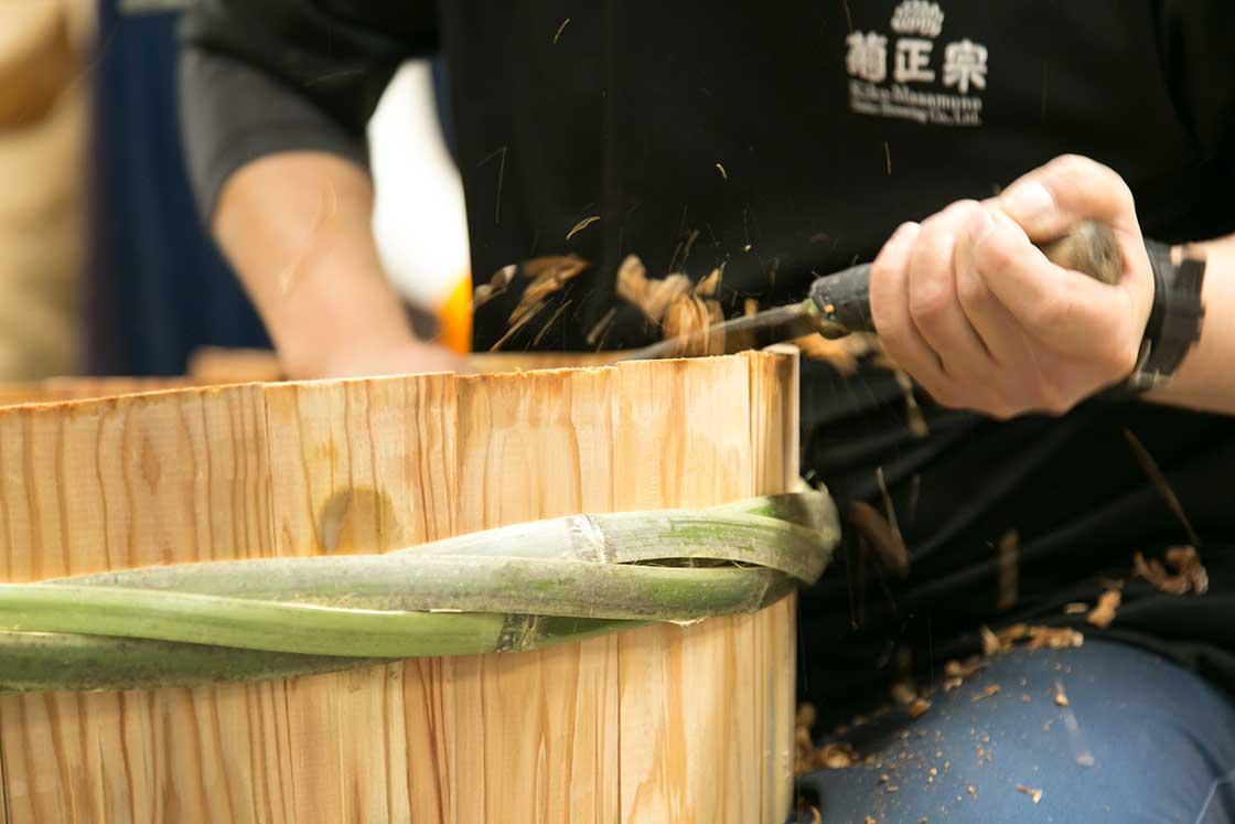 樽を固定するのは竹でつくった部材