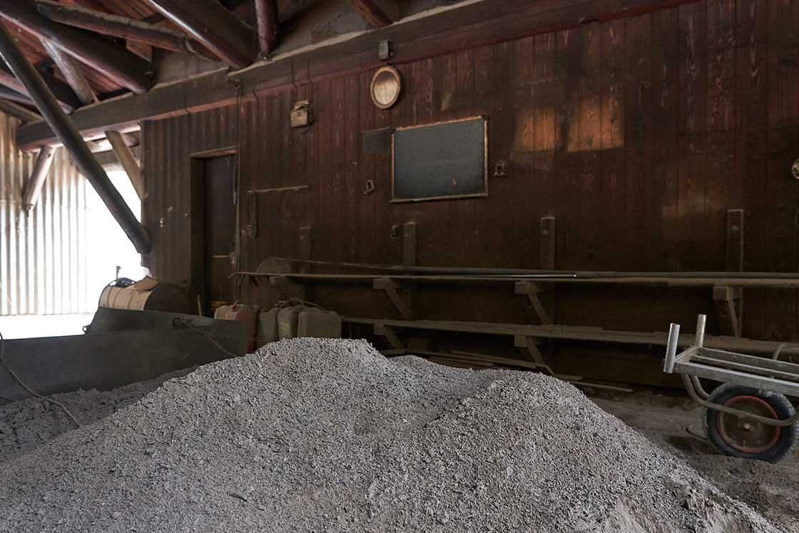 灰をかけて仕上げる白炭