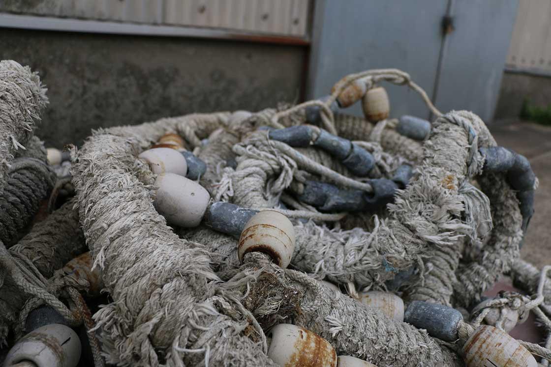 ボロボロに朽ちた漁具