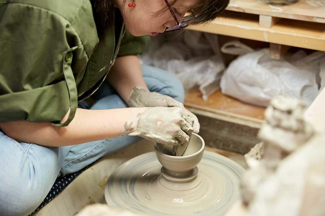 京都伝統工芸大学校でろくろをまわす学生