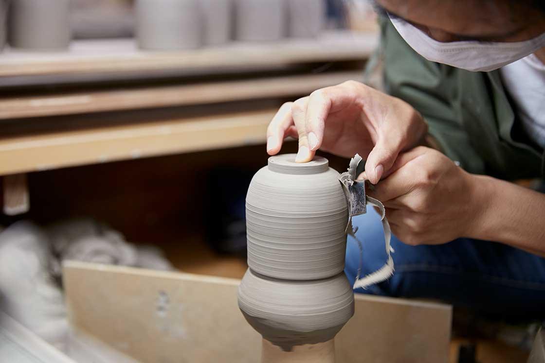 京都伝統工芸大学校で課題を制作している生徒