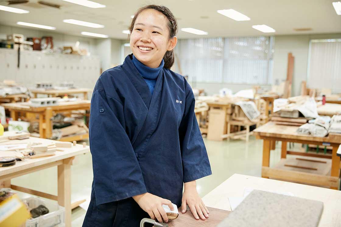 京都伝統工芸大学校で課題を制作している学生