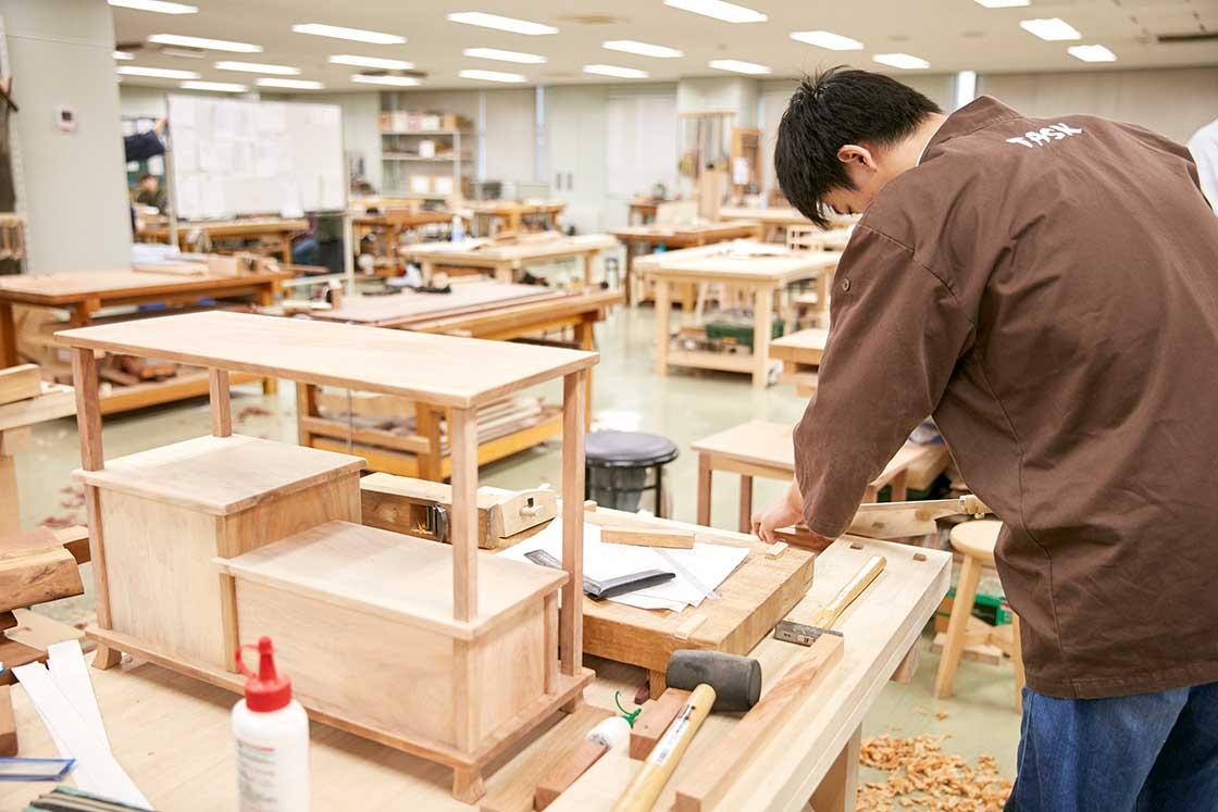 京都伝統工芸大学校で制作中の学生