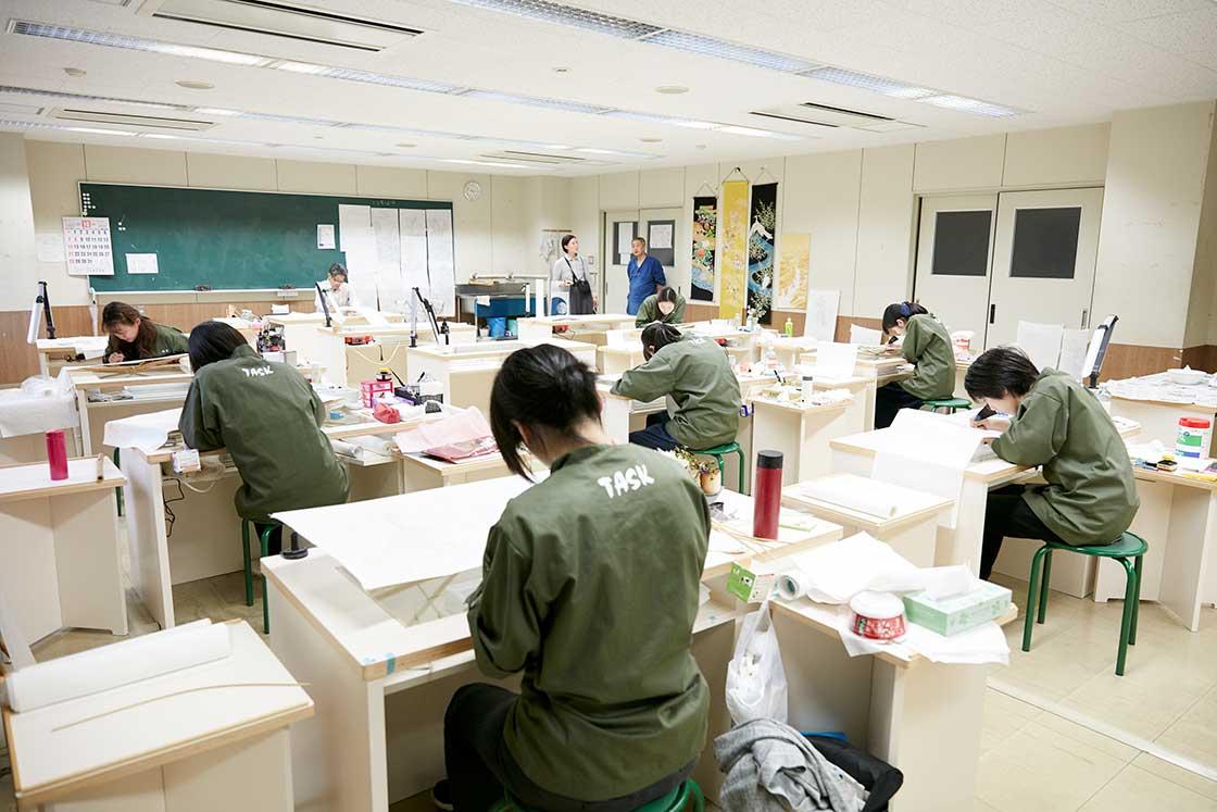 京都伝統工芸大学校で作品制作中の学生