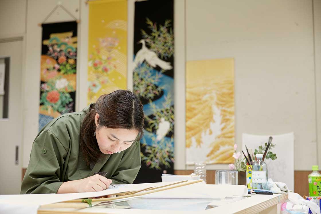 京都伝統工芸大学校で課題を制作する学生