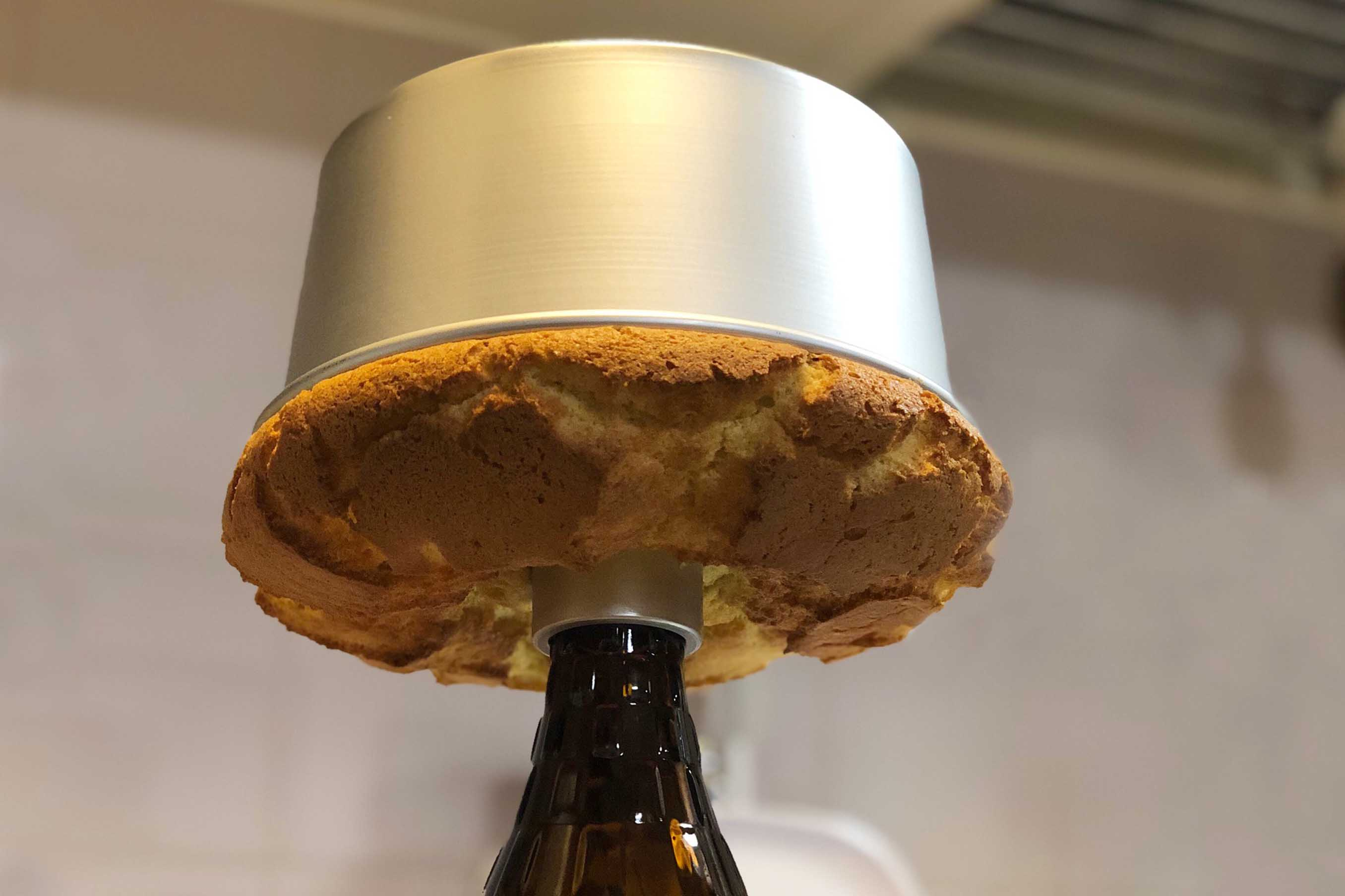 オーブンから出してすぐに逆さにして、型の穴に瓶などを刺しこみそのまま冷ます