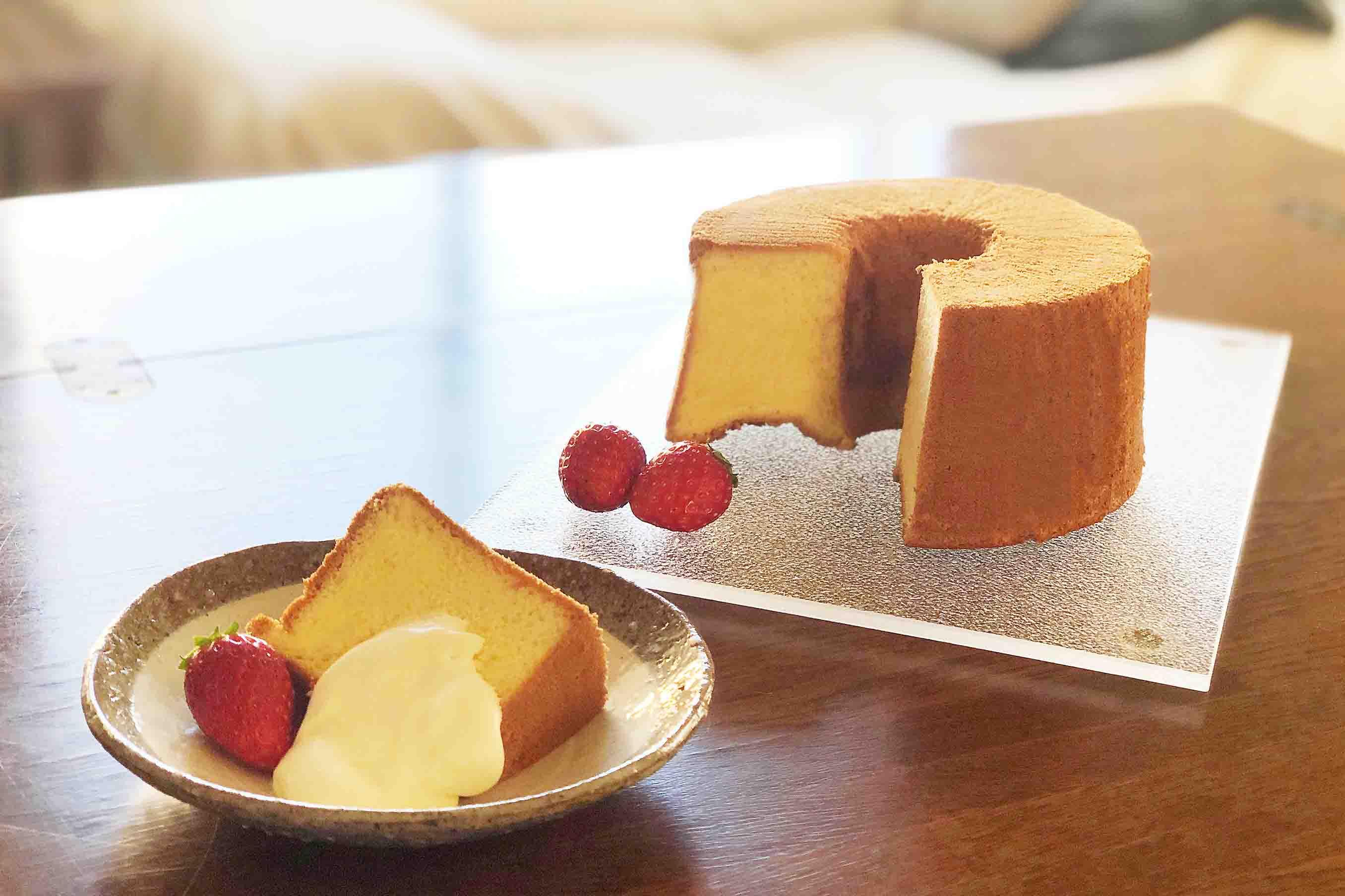 アルミ製のシフォンケーキ型で焼いたシフォンケーキ