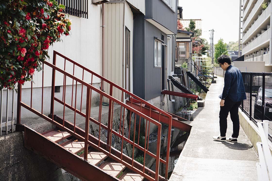 金沢の街を歩く山本周さん