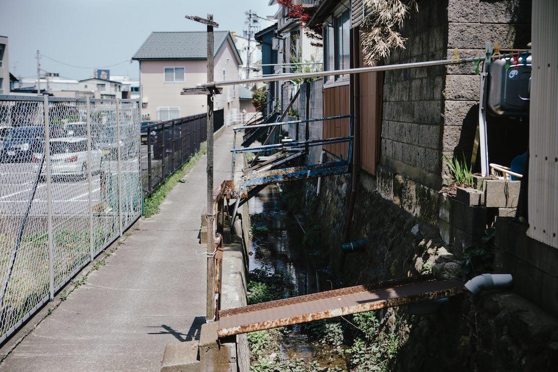 物干し竿が設置されている私有橋