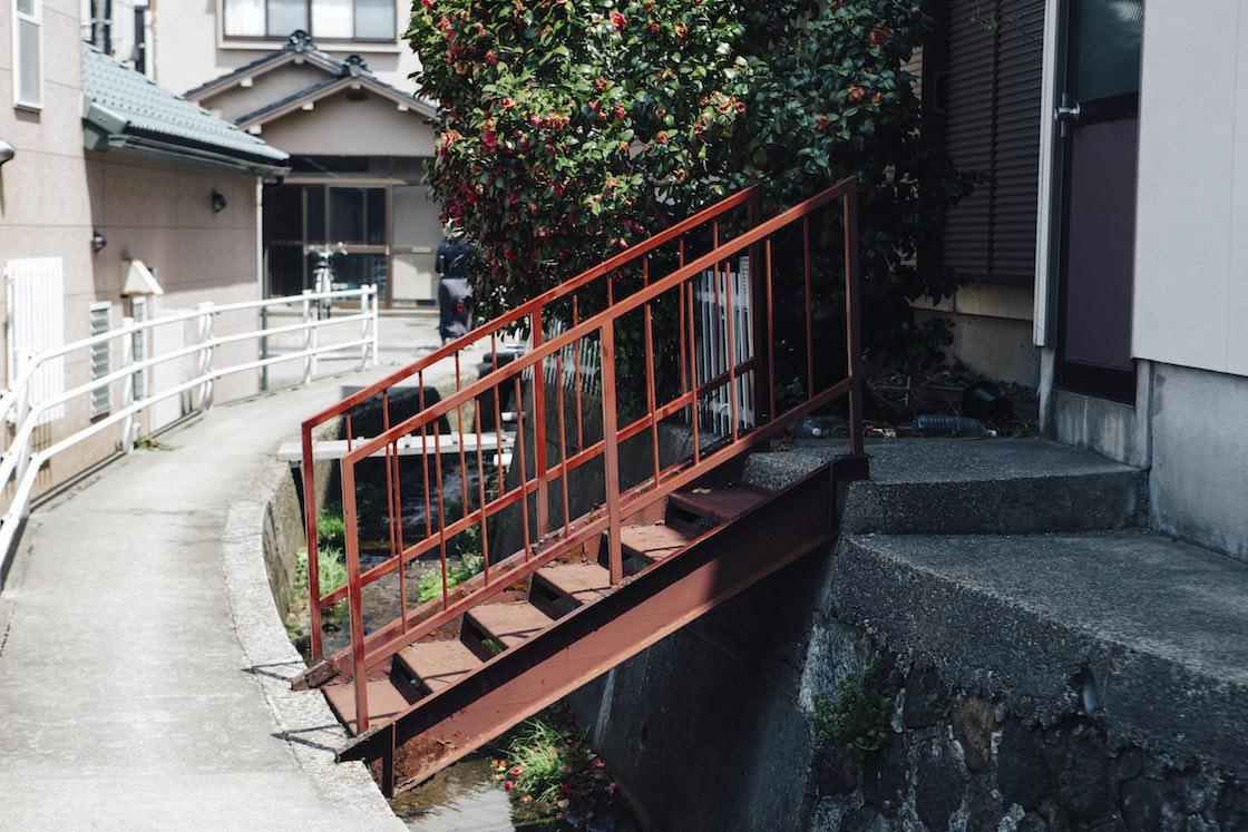 こちらは色あざやかな赤い橋